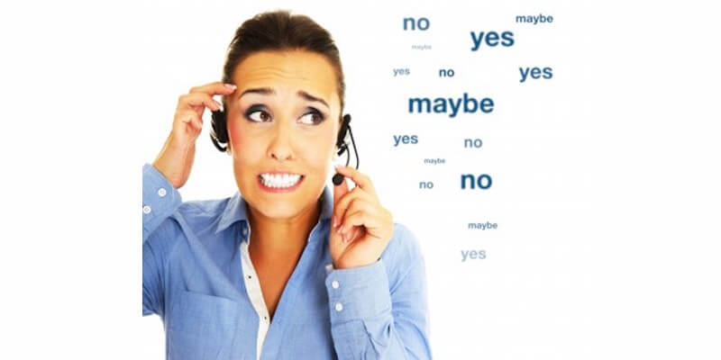 Fotografía de una chica hablando con unos cascos para representar el telemarketing